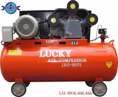 Máy nén khí công nghiệp 5.5 HP 170lit là một trong những dòng máy nén khí được ưa chộng nhất trên thị trường công nghiệp hiện nay. Với thiết kế dung tích lớn, công suất động cơ khỏe cùng thời gian nén đầy bình nhanh, máy nén khí 170l hứa hẹn sẽ là sản phẩm tốt thích hợp cho những nơi có nhu cầu sử dụng lượng khí lớn. Giới thiệu về sản phẩm Máy nén khí công nghiệp 170lit Thông số kỹ thuật của máy nén khí: - Dung tích bình: 170 lít -Công suất động cơ (HP): 5,5 HP - Điện áp / Tần số: 380V / 50Hz - Áp suất làm việc: 8 kg/cm2 - Thời gian nén đầy bình hơi 1phút 30s - Kích thước: 132x52x91cm -Trọng lượng là: 145kg Ứng dụng của máy nén khí Máy nén khí là loại máy bao gồm máy móc và thiết bị có chức năng làm tăng áp chất khí từ đó giúp tạo năng lượng cho dòng khí tăng lên và khiến cho dòng khí đó tăng áp suất. máy nén khí này được sử dụng nhiều ở các garage Oto, hoặc dùng cho tiệm sửa xe máy, như chuyên dùng để bơm bánh xe ô tô, xe máy hoặc cung cấp khí nén để bắn ốc vít ô tô và xiết bu lông … Một trong những dòng máy nén khí được ưa chộng nhất trên thị trường công nghiệp hiện nay là máy nén khí công nghiệp 170l. Với dung tích lớn, chiếc máy nén khí này thích hợp với môi trường làm việc chuyên nghiệp và có nhu cầu sử dụng một lượng khí lớn. Ưu nhược điểm của máy nén khí Ưu điểm -Máy nén khí công nghiệp 170l là dòng máy được sản xuất ứng dụng với mục đích sử dụng chuyên nghiệp có công suất lớn. - Máy nén khí công nghiệp thường được đặt tại một vị trí cố định vì máy khá cồng kềnh và có trọng lượng lớn -Máy nén khí được thiết kế với dung tích lớn 170l, phù hợp với những công việc cần lượng khí lớn như: mở ốc ô tô, hệ thống nâng đỡ ô tô, bơm lốp ô tô. Với dung tích này, khách hàng có thể an tâm thoải mái sử dụng. - Máy nén khí thiết kế tiện lợi khi tháo lắp các cụm chi tiết. Nhược điểm Để máy nén khí hoạt động cần có hệ thống điện 380V, vì vậy nếu muốn sử dụng máy khách hàng cần lắp đặt nguồn điện 380V. Tốn thêm chi phí. Đánh giá kỹ thuật chung về máy nén khí công nghiệp 170l Đư