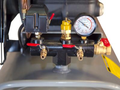 Đồng hồ, chốt an toàn, van xả khí cùng 1 số bộ phận khác của máy nén Lucky